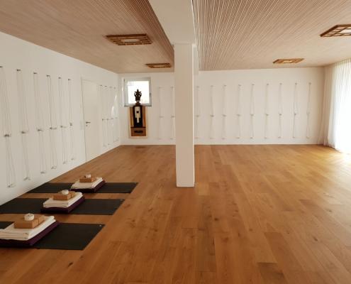 Heller Übungsraum im Studio für Iyengar Yoga und Meditation, Neustadt
