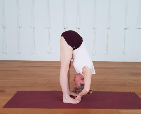 Vorwärtsbeuge – Yoga-Übung im Studio für Iyengar Yoga und Meditation, Neustadt