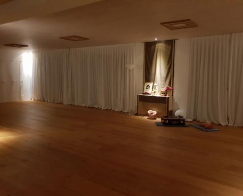 Abendstimmung im Yoga-Übungsraum – Studio für Iyengar Yoga und Meditation, Neustadt