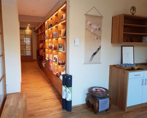 Eingang, Yogaliteratur und Küche im Studio für Iyengar Yoga und Meditation, Neustadt
