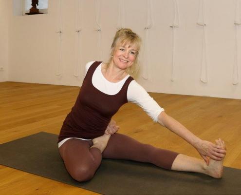 Yoga-Übung im Studio für Iyengar Yoga und Meditation, Neustadt