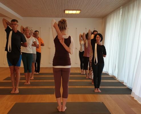 Gomukhasana Armhaltung – Yoga-Gruppe im Studio für Iyengar Yoga und Meditation, Neustadt