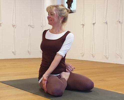 Bharadvajasana II, Studio für Iyengar Yoga und Meditation, Neustadt