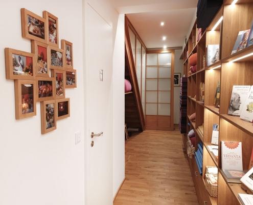 Hilfsmittel und Bücher im Studio für Iyengar Yoga, Neustadt