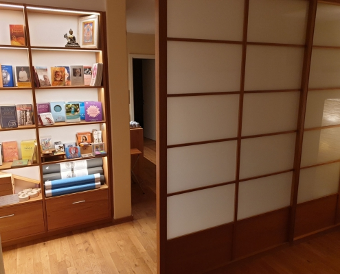Props und Bücher im Studio für Iyengar Yoga, Neustadt