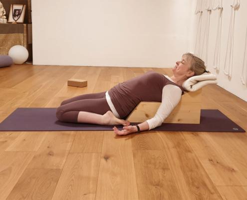 Supta Virasana auf Simhasanabank, Studio fuer Iyengar Yoga, Neustadt